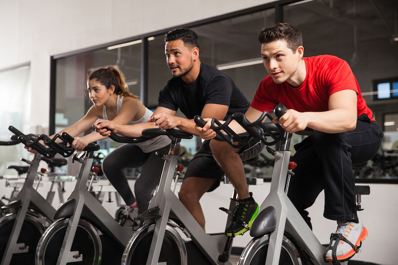 What are the advantages and disadvantages of a spinning bike workout?